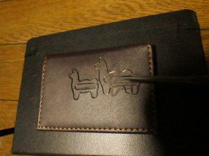 D-Clips Alpaca の焼き印を名刺入れに