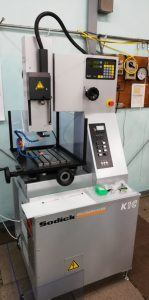 2019年に田島製作所に導入された細穴放電加工機